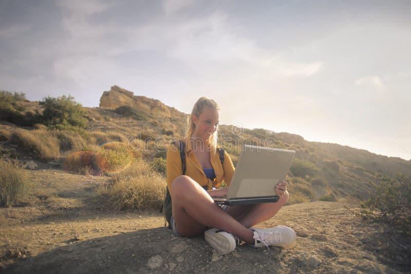 Mujer con un ordenador portátil foto de archivo libre de regalías