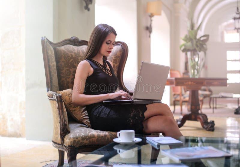 Mujer con un ordenador portátil imagenes de archivo