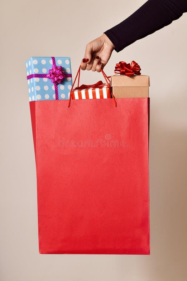 Mujer con un panier lleno de regalos fotos de archivo