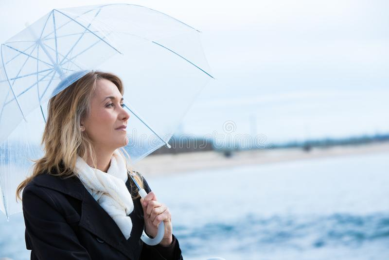 Mujer con un paraguas imagen de archivo