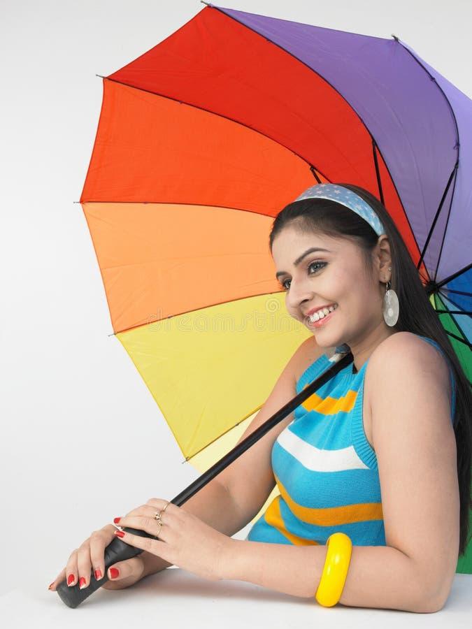 Mujer con un paraguas colorido imagenes de archivo