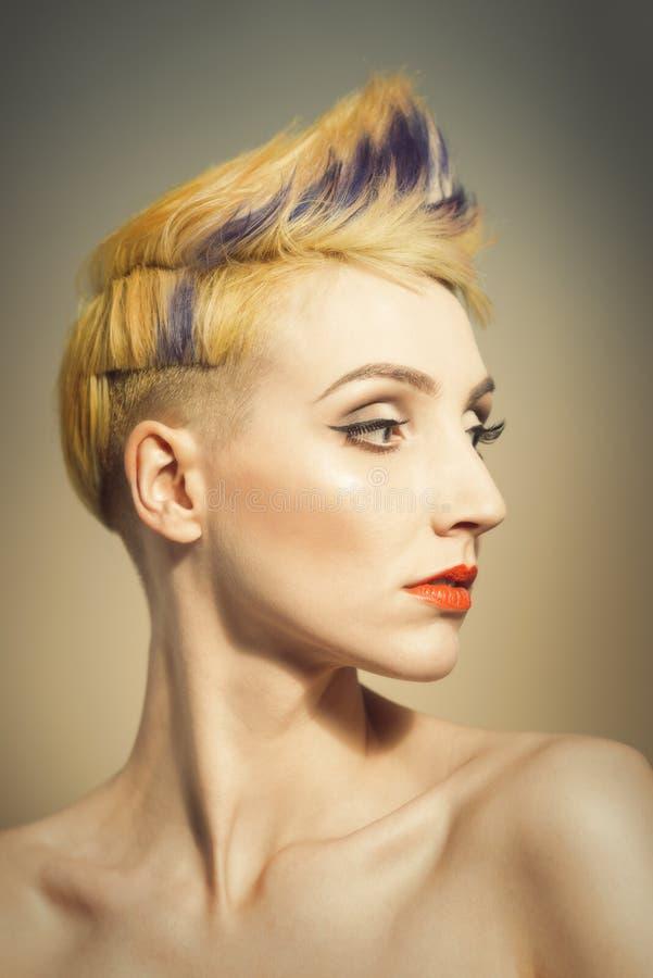 Mujer con un peinado nervioso imágenes de archivo libres de regalías