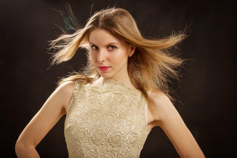 Mujer con un pelo del vuelo foto de archivo
