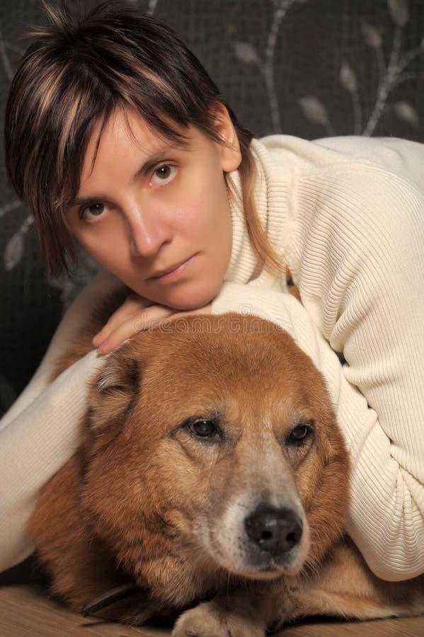 Mujer con un perro fotografía de archivo libre de regalías