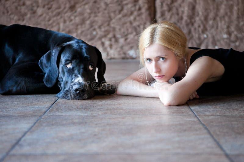 Mujer con un perro foto de archivo