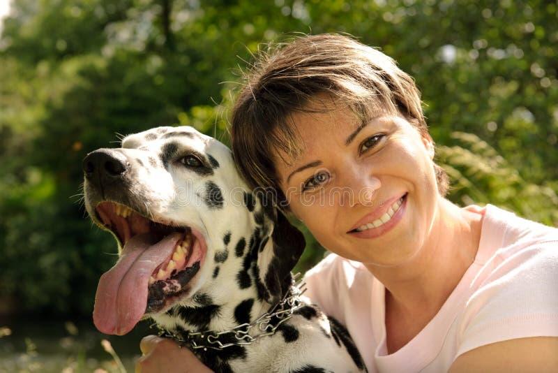 Mujer con un perro imagen de archivo libre de regalías