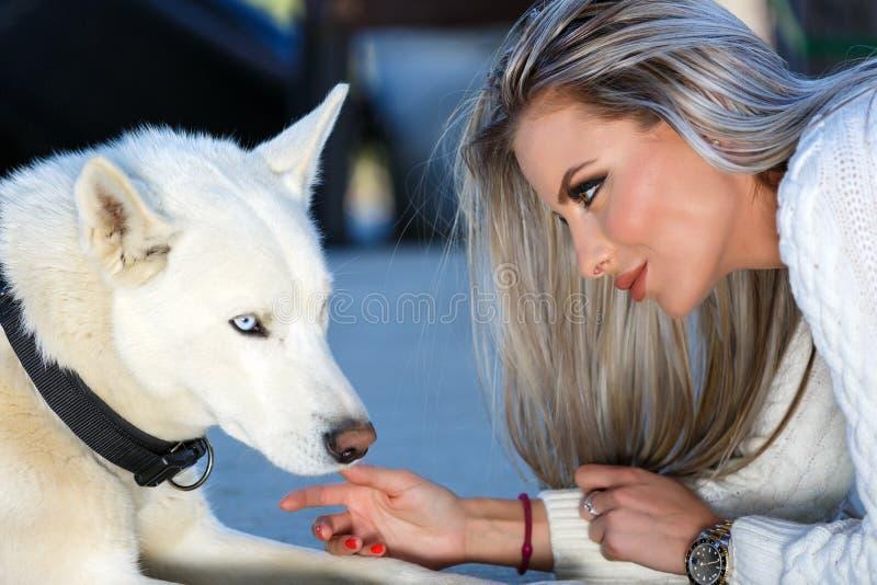 Mujer con un perro fornido hermoso foto de archivo libre de regalías