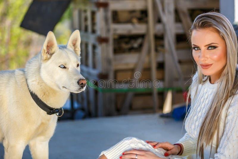 Mujer con un perro fornido hermoso imagen de archivo libre de regalías