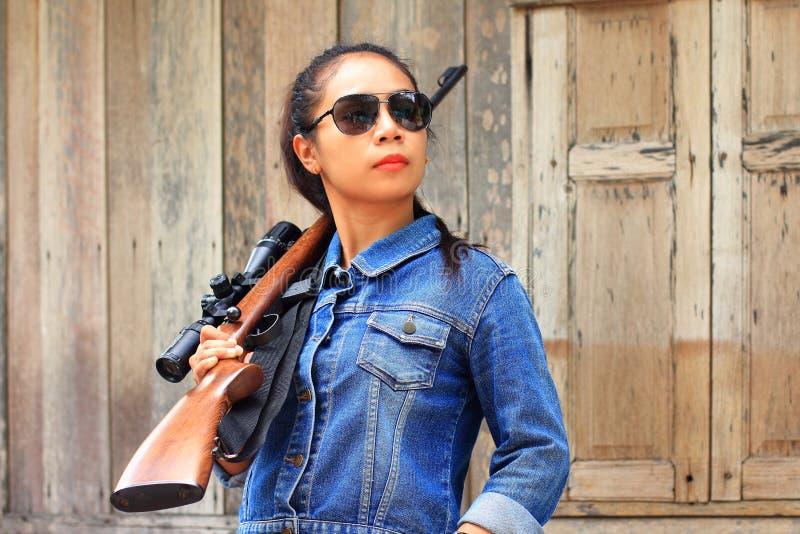 Mujer con un rifle del francotirador imagen de archivo
