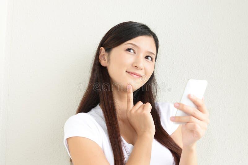 Mujer con un teléfono elegante fotografía de archivo libre de regalías