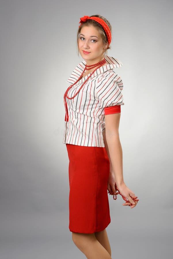 Mujer con un vendaje rojo en una pista fotografía de archivo libre de regalías