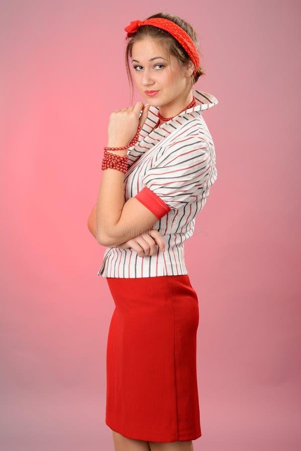 Mujer con un vendaje rojo en una pista imagen de archivo
