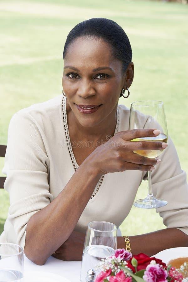 Mujer con un vidrio de vino imagen de archivo libre de regalías