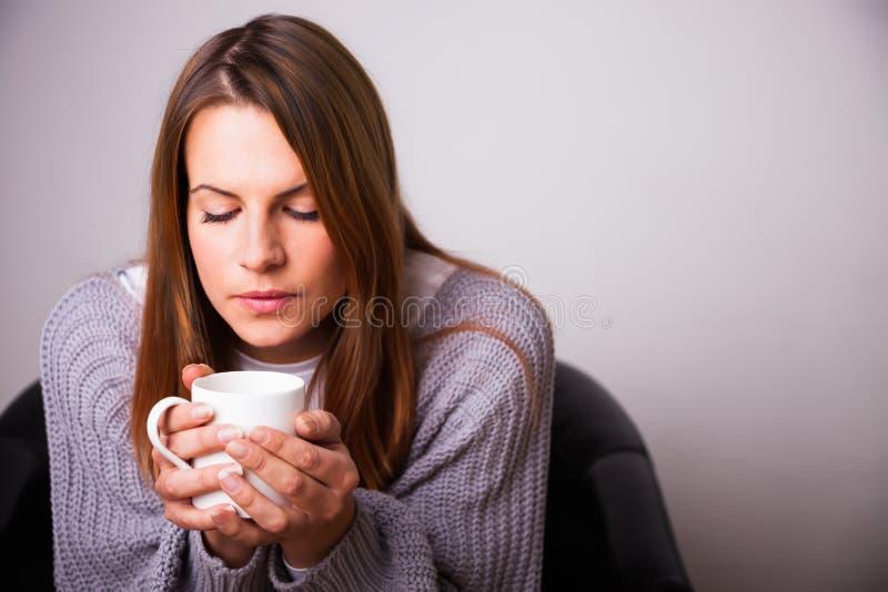 Mujer con una bebida imagenes de archivo
