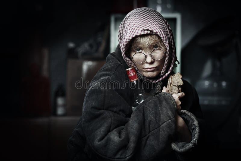 Mujer con una botella de vodka imágenes de archivo libres de regalías
