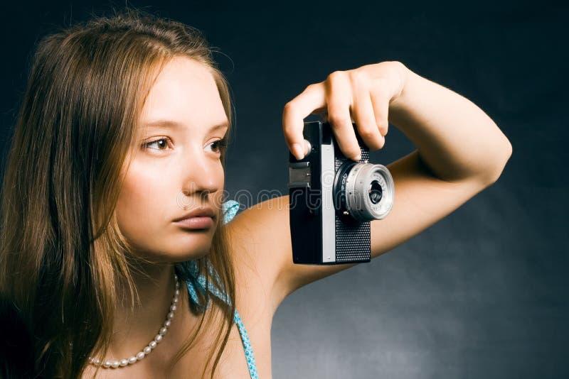 Mujer con una cámara retra fotos de archivo libres de regalías