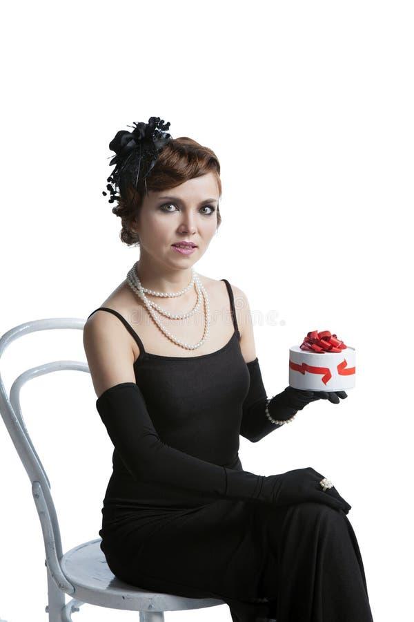 Mujer con una caja de chocolates fotografía de archivo libre de regalías