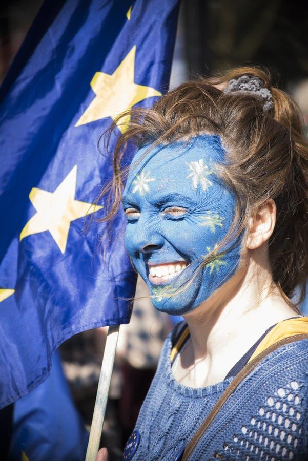 Mujer con una cara de la bandera de Europa imagen de archivo