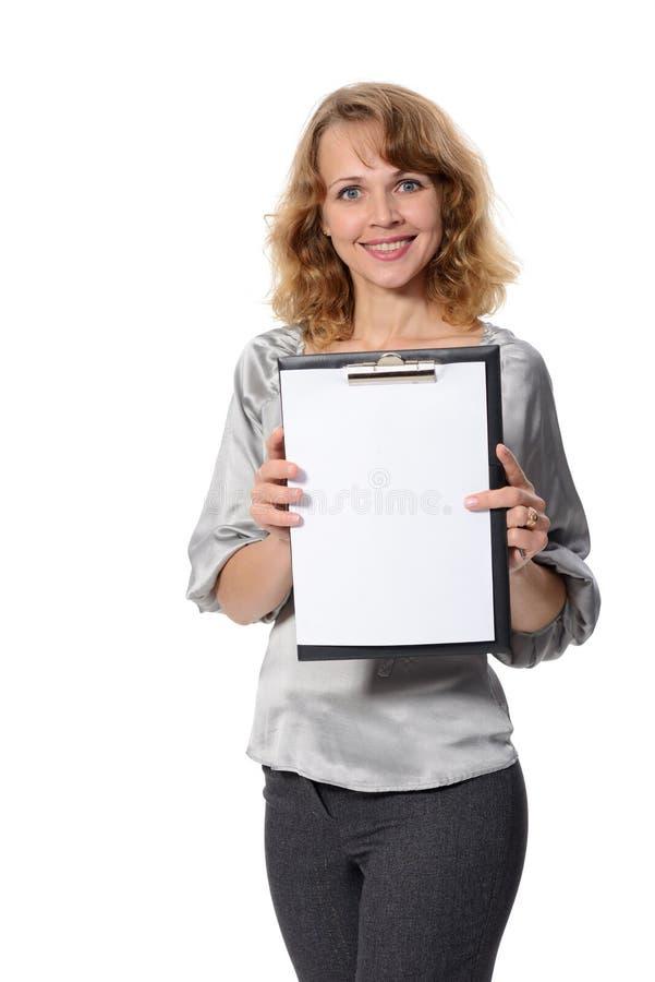 Mujer con una carpeta que lleva a cabo la mano que presenta un producto. foto de archivo libre de regalías