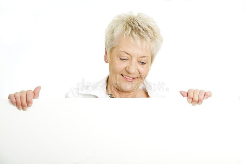 Mujer con una cartelera imágenes de archivo libres de regalías