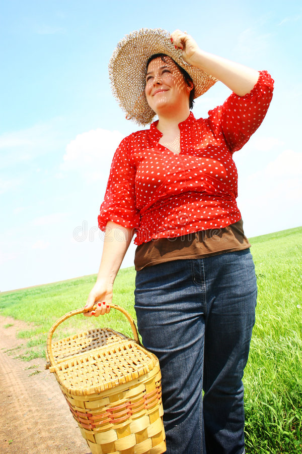 Mujer con una cesta de la comida campestre fotos de archivo libres de regalías