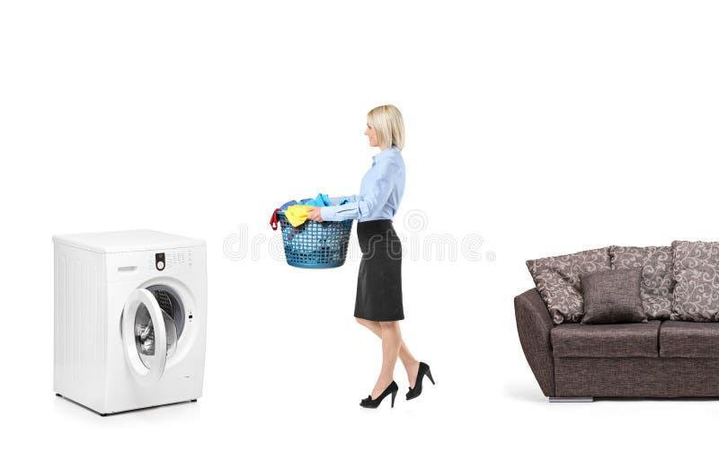 Mujer con una cesta de lavadero fotos de archivo
