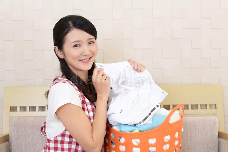 Mujer con una cesta de lavadero fotografía de archivo