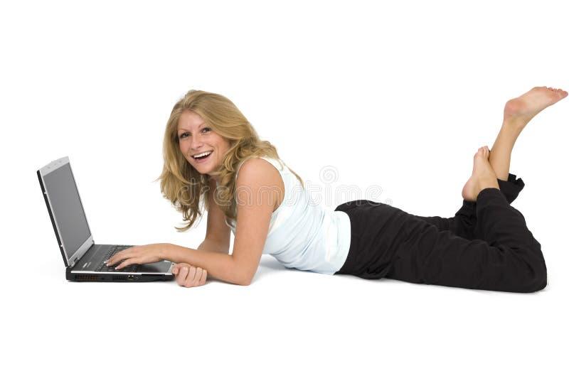 Mujer con una computadora portátil. fotos de archivo