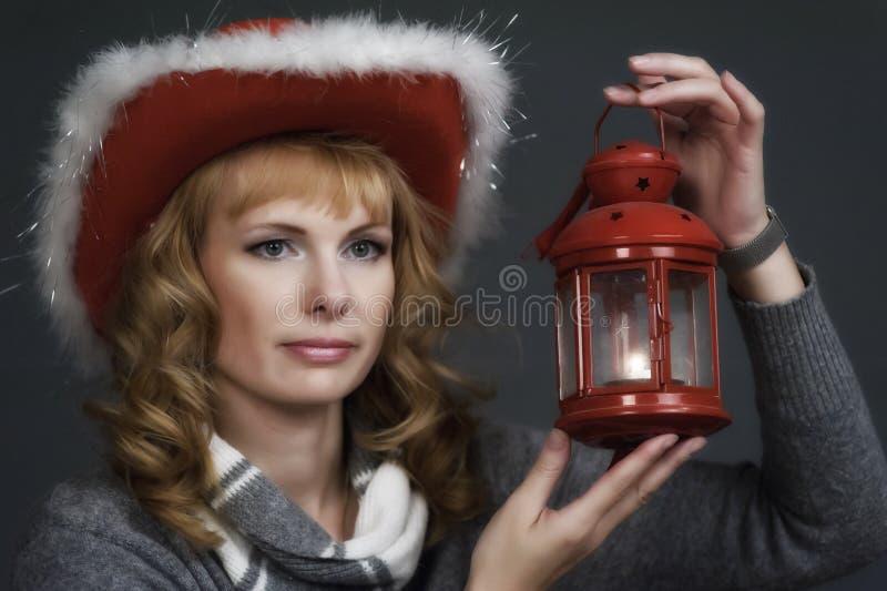 Mujer con una linterna de la Navidad a disposición foto de archivo libre de regalías