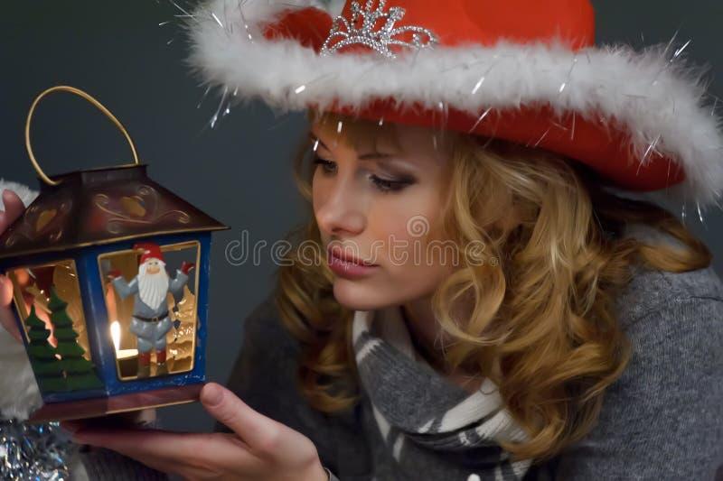 Mujer con una linterna de la Navidad a disposición foto de archivo