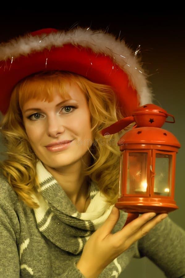 Mujer con una linterna de la Navidad a disposición imagen de archivo