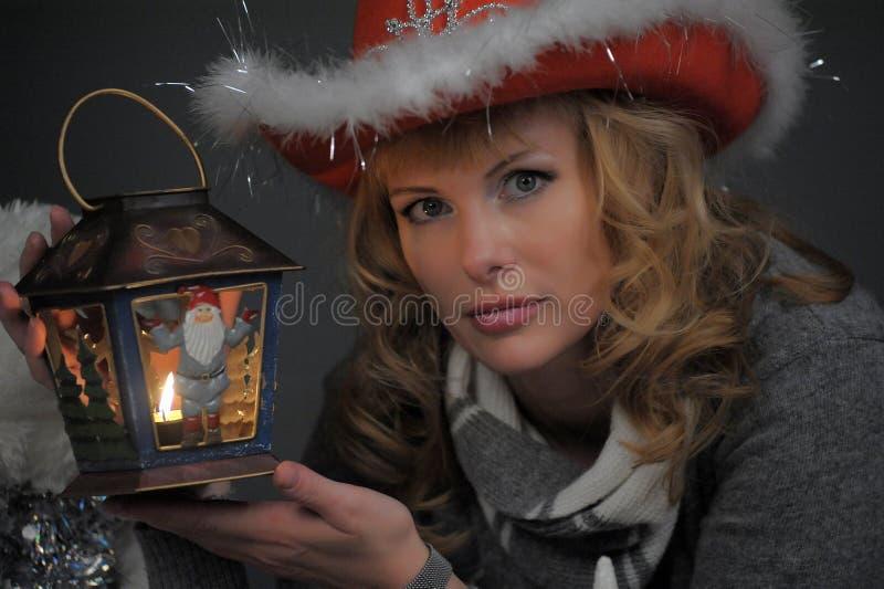 Mujer con una linterna de la Navidad a disposición fotos de archivo libres de regalías