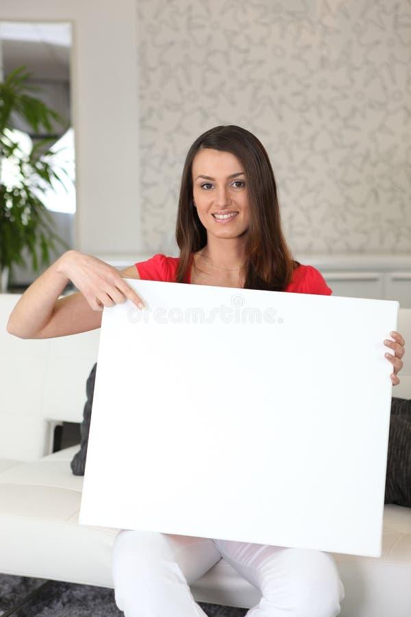Mujer con una muestra en blanco fotografía de archivo libre de regalías