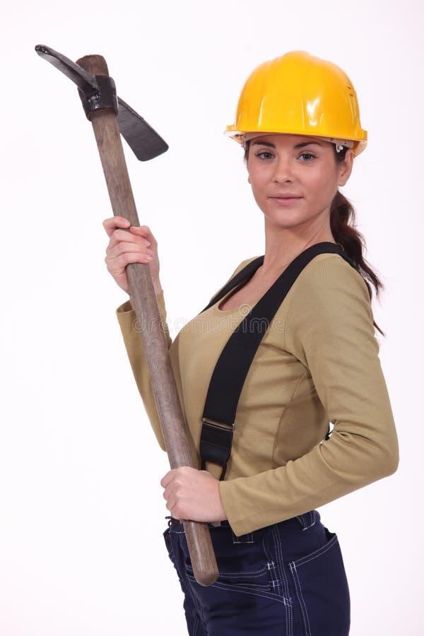 Mujer con una piqueta imagen de archivo