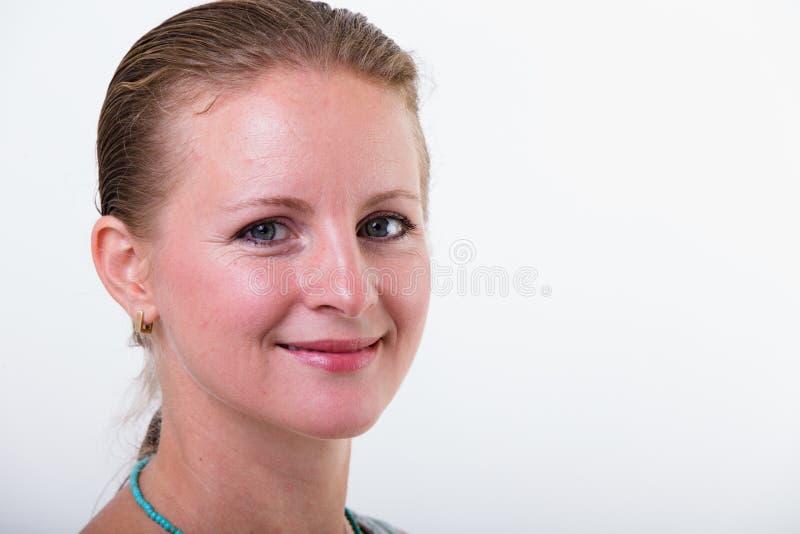 Mujer con una sonrisa emprendedora imagen de archivo libre de regalías
