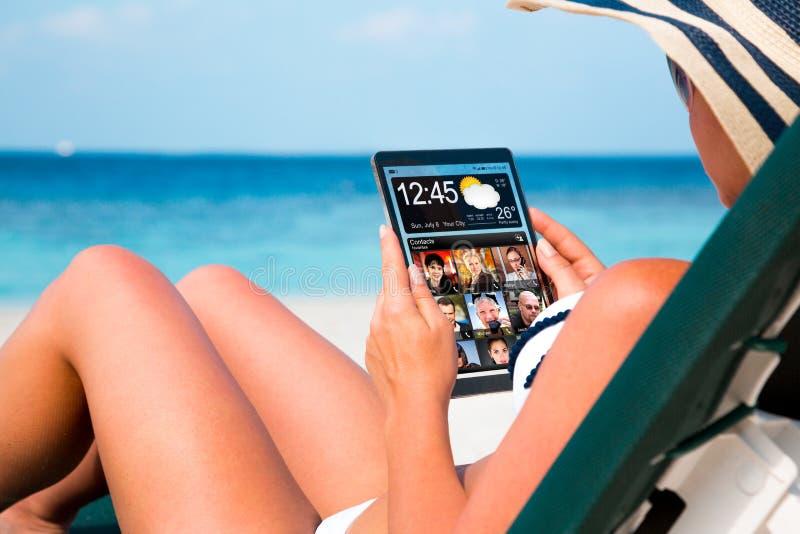 Mujer con una tableta en manos foto de archivo