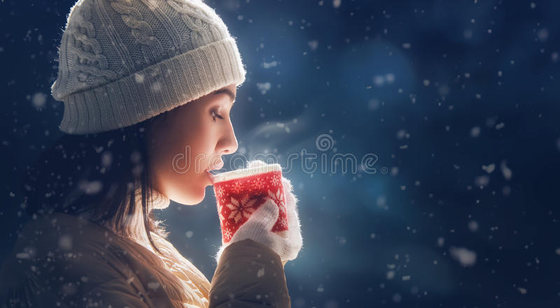 Mujer con una taza de té caliente fotos de archivo libres de regalías