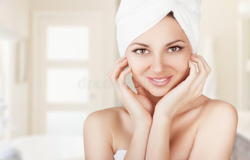 Mujer con una toalla imágenes de archivo libres de regalías
