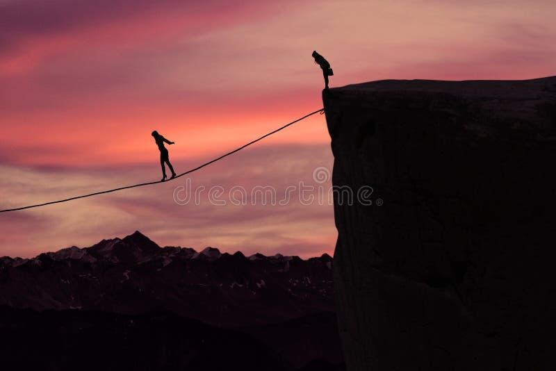 Mujer con valor que camina en la cuerda en la montaña foto de archivo libre de regalías