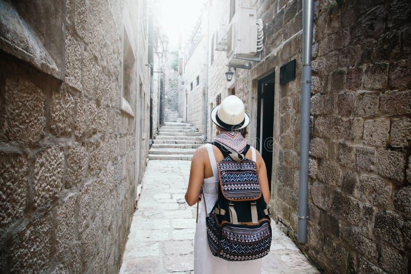 Mujer con viaje de la mochila que camina en la ciudad vieja imagenes de archivo