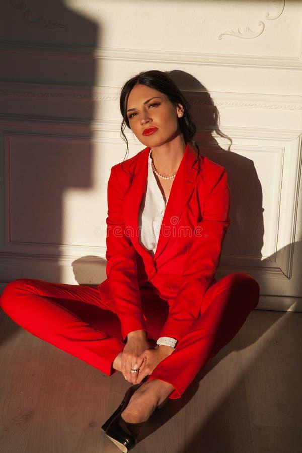 Mujer confiada joven en traje elegante rojo fotografía de archivo