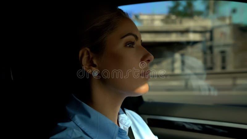 Mujer confiada que conduce el vehículo, el conductor atento y la seguridad en los caminos, primer foto de archivo libre de regalías