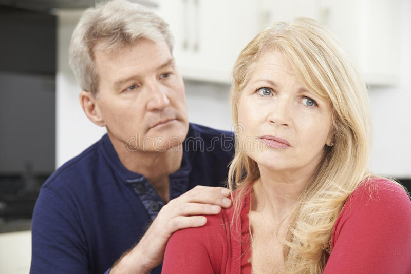 Mujer confortante del hombre maduro con la depresión imagen de archivo libre de regalías