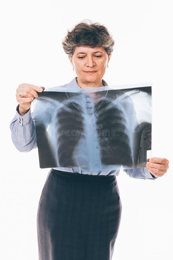 Mujer confusa que mira la radiografía fotografía de archivo libre de regalías