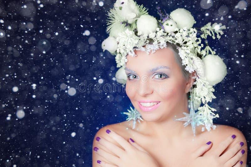 Mujer congelada con el peinado y el maquillaje del árbol en la Navidad, invierno imagen de archivo libre de regalías