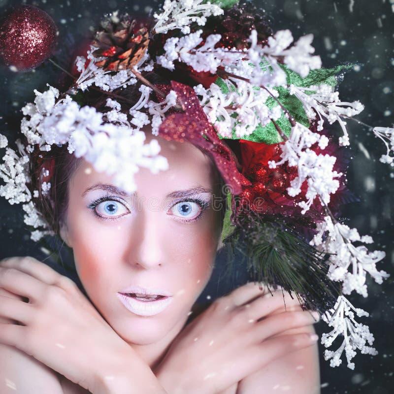 Mujer congelada con el peinado y el maquillaje del árbol en la Navidad, invierno foto de archivo