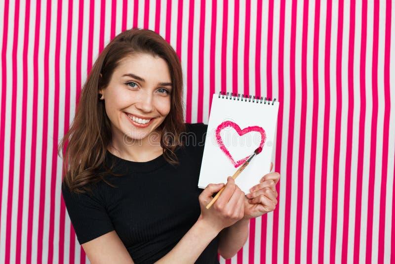 Mujer contenta con el sketchbook fotografía de archivo