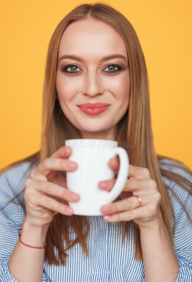 Mujer contenta encantadora con la taza de café fotografía de archivo libre de regalías