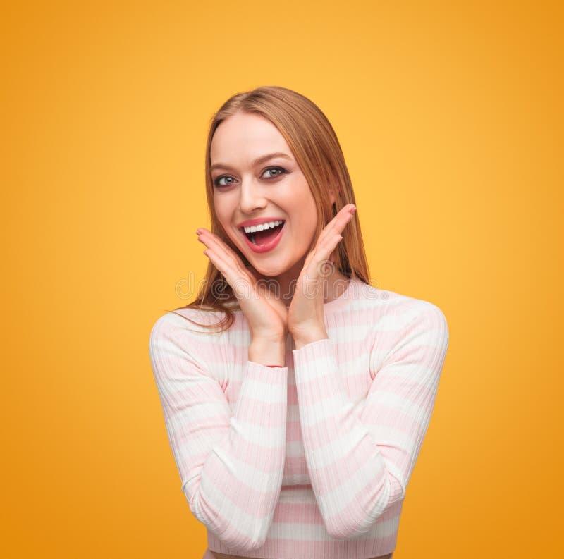 Mujer contenta encantadora que sonríe en la cámara imágenes de archivo libres de regalías