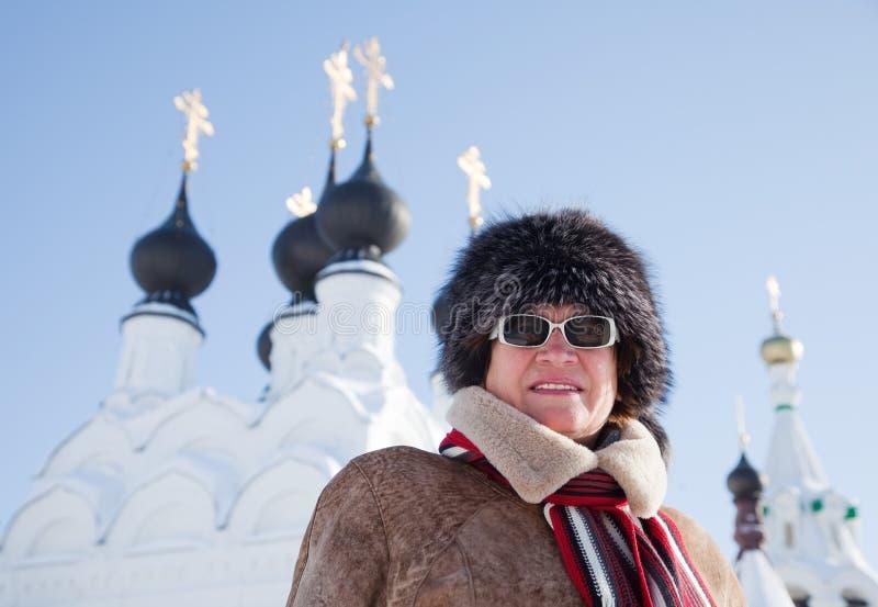 Mujer Contra Bóvedas De La Ortodoxia Fotografía de archivo